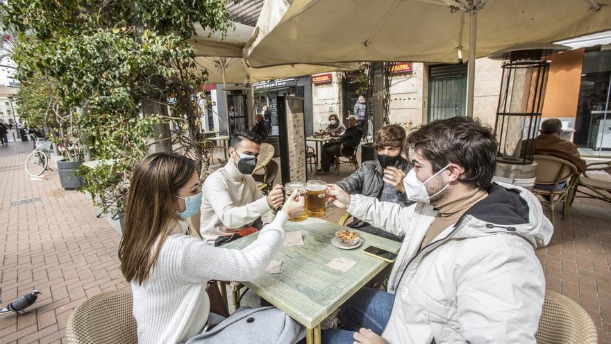 Los bares y restaurantes ya pueden abrir sus terrazas hasta las 18 horas con un máximo de cuatro personas por mesa