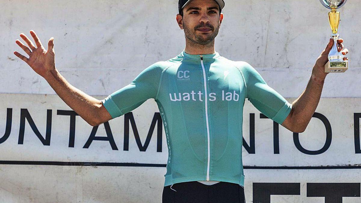 Alvaro Lobato, en el podio como primer zamorano de la carrera disputada ayer.  / Nico Rodríguez