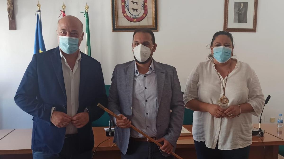 El nuevo alcalde de Adamuz, Rafael Ángel Moreno (centro), entre Antonio Ruiz y Lola Amo.