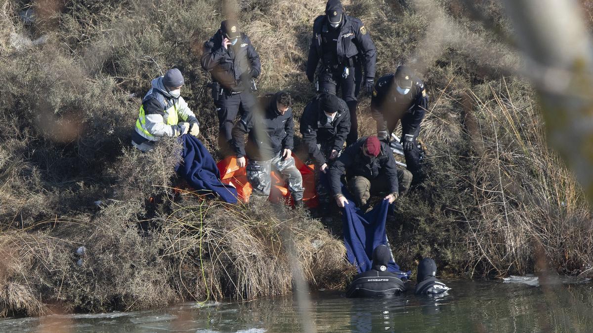 Miembros del equipo de rescate en el lugar donde se ha localizado el cadáver.