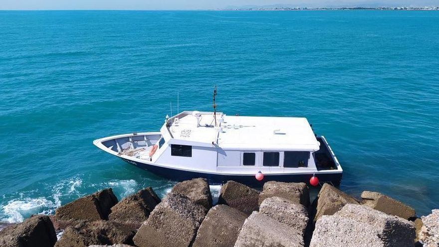 Aparece varada una embarcación en el Puerto de Burriana