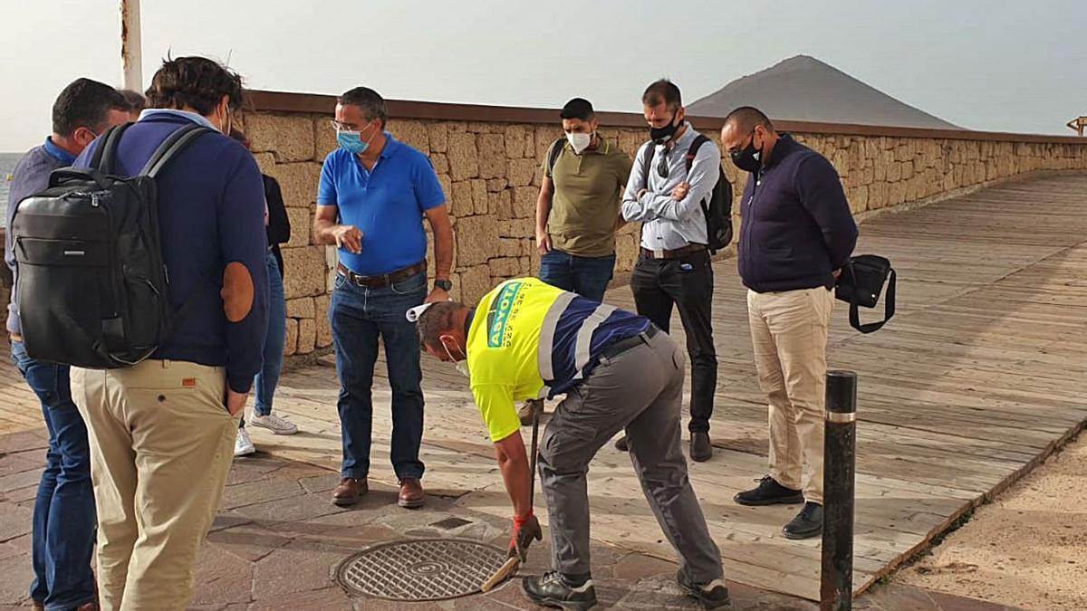 Autoridades y técnicos inspeccionando la zona de la obra en El Médano. | | E.D.