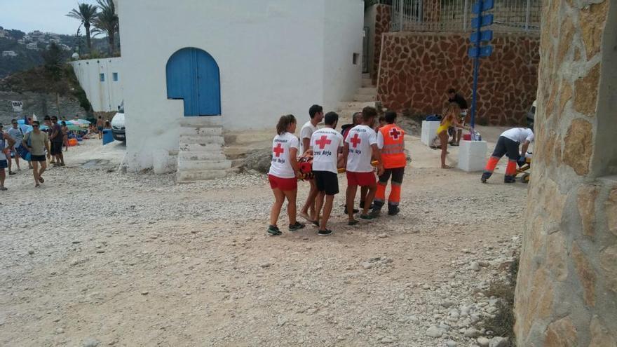 Cortan el acceso a la cala de la Barraca para poder evacuar en ambulancia a dos heridas