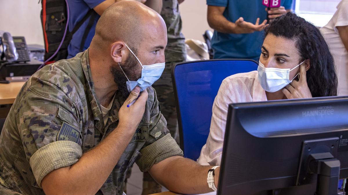Un militar en la Central Covid de Palma, el centro de trabajo de los rastreadores de Baleares