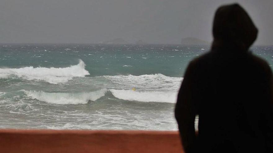 Herida leve una mujer por una mesa arrastrada por el viento en Ibiza