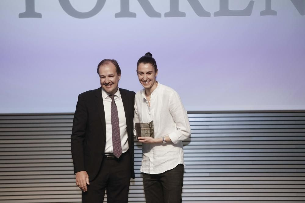 Alba Torrens posa junto a Antoni Serra, director territorial de BMN-Sa Nostra, tras recibir el premio