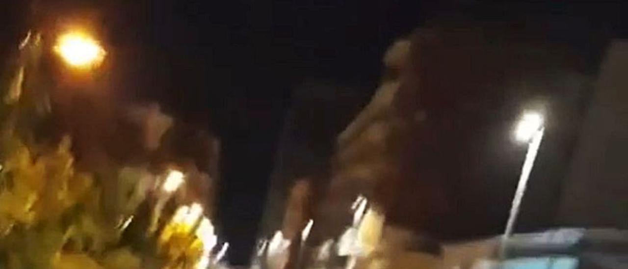 Un joven baila sobre un coche en plena fiesta. | LEVANTE-EMV