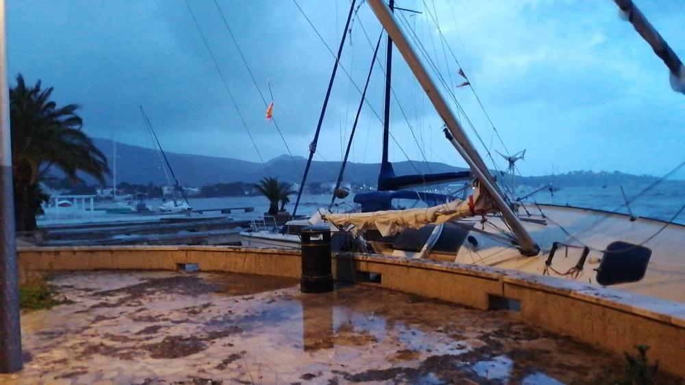 Sturmtief Gloria auf Mallorca: gestrandete Boote in Port de Pollença