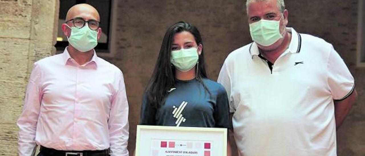 El alcalde Toni Saura, junto a la deportista Marta Sáez.   A.A.