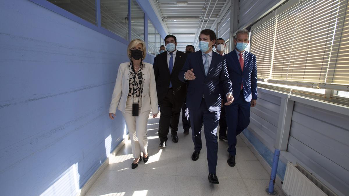 Mañueco, en el centro, durante su visita a un hospital hoy en Ávila.