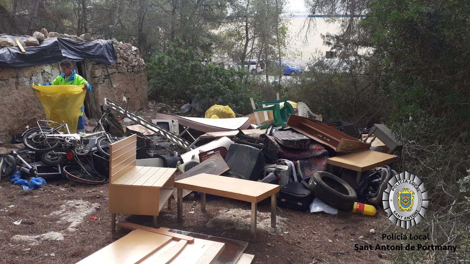 Desmantelan un asentamiento ilegal en Ibiza con más de 1.500 quilos de residuos acumulados