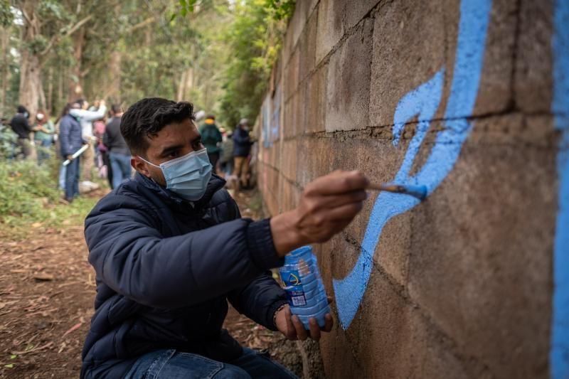 Elaboración de un mural en Las Raíces