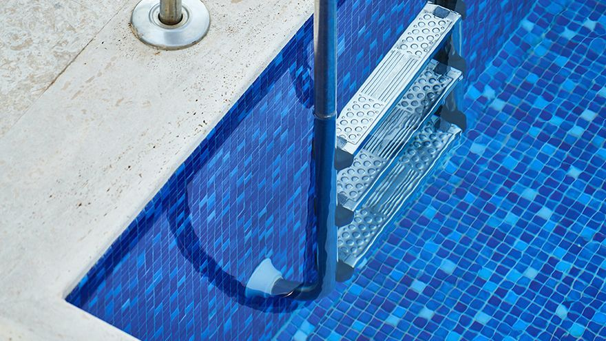 Fallece un joven de 26 años en la piscina de una urbanización de Marbella