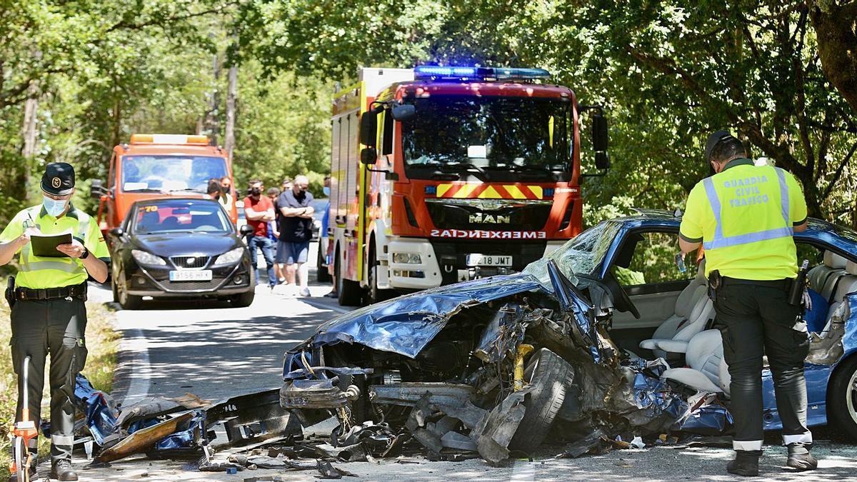 Estado en que quedó el vehículo del piloto pontevedrés tras la colisión, ayer, en el término municipal de Cotobade-Cerdedo. |   // RAFA VÁZQUEZ