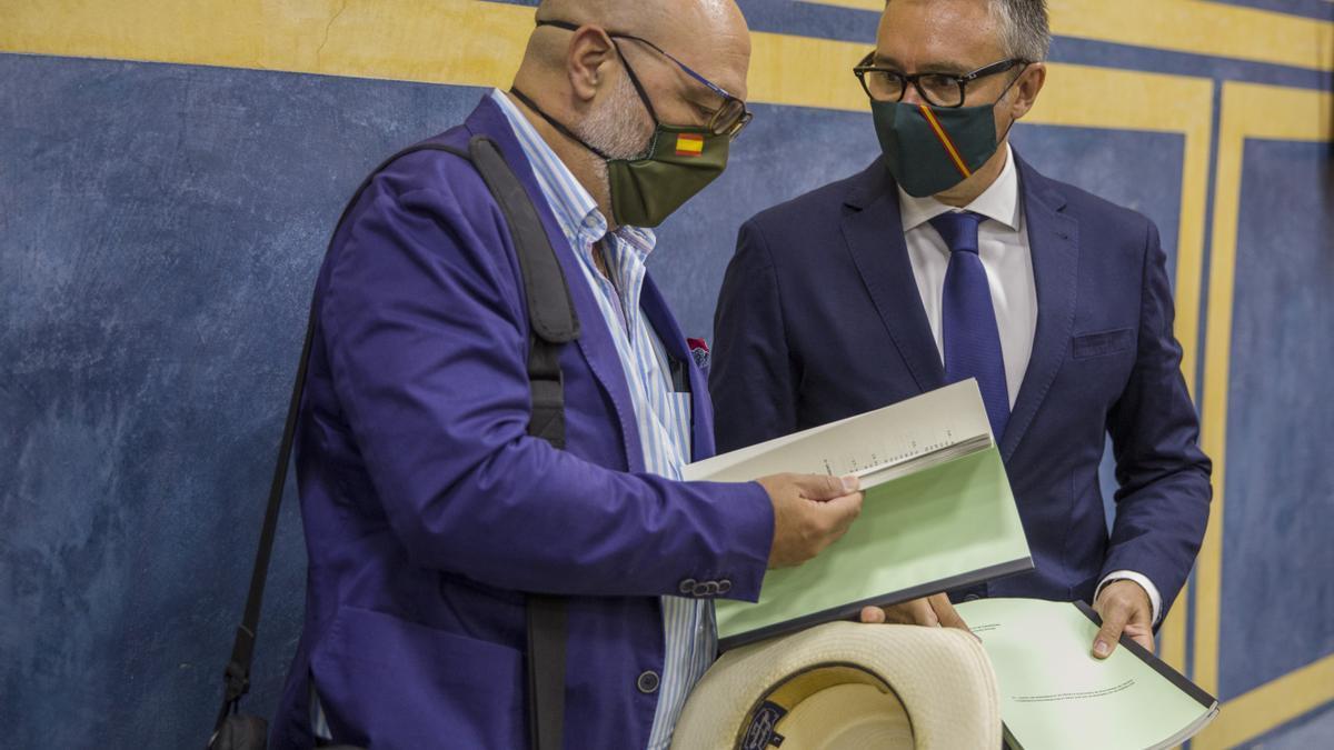Los parlamentarios de Vox en Andalucía Alejandro Hernández (i) y Manuel Gavira (d), en una foto de archivo.