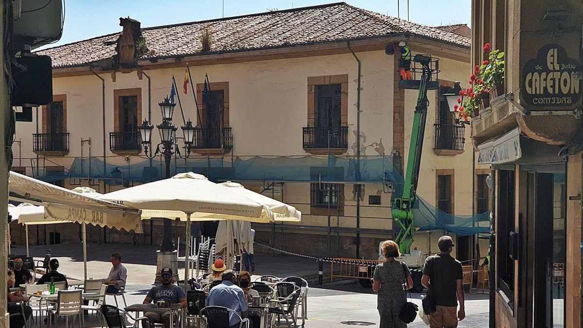 Reparan los daños en la fachada de un edificio estatal de la plaza del Sol