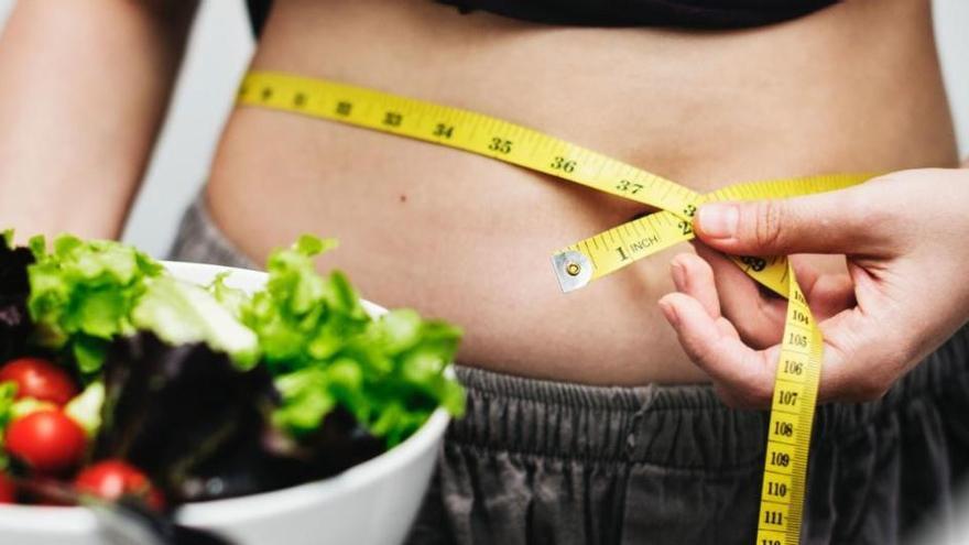 Los mejores trucos y alimentos para bajar el hinchazón de vientre tras el verano