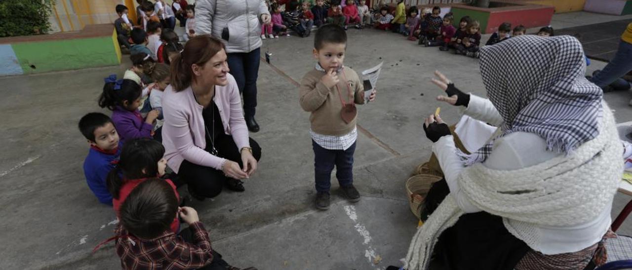 La castañera visitó este viernes pasado a los niños de infantil del CEIP Lluís Vives.