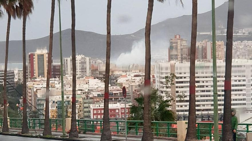 Un incendio en Luis Morote deja tres personas intoxicadas por humo