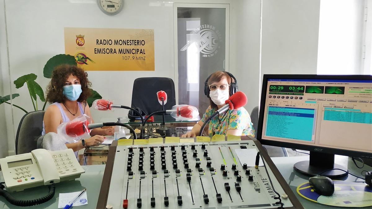Rocío Gallego y Gloria Granado, en un programa informativo en la radio municipal