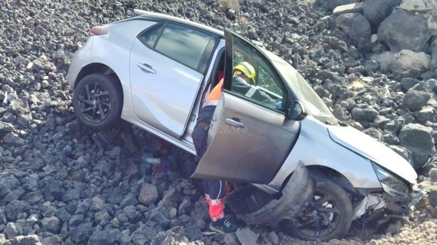 Un coche se sale de la carretera y acaba entre las rocas en Lanzarote