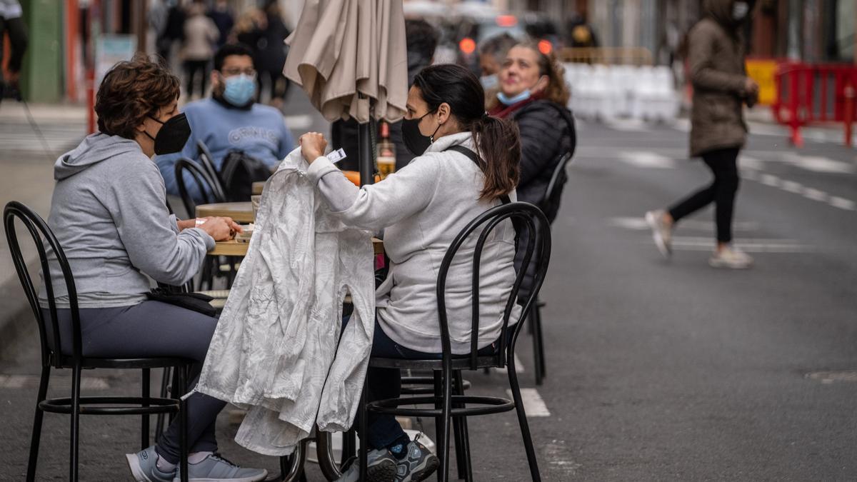 La terraza de una cafetería en la calle Herradores.