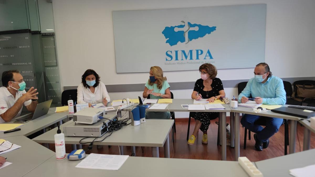 Teresa Mallada y Beatriz Polledo con la dirección del SIMPA