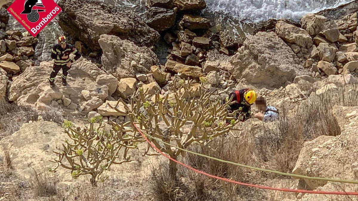 Los bomberos al llegar hasta la persona que había quedado atrapada en el acantilado