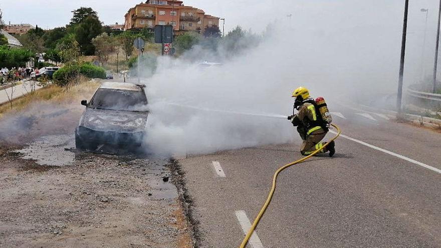 Els Bombers apaguen un cotxe que s'ha cremat totalment a Masquefa