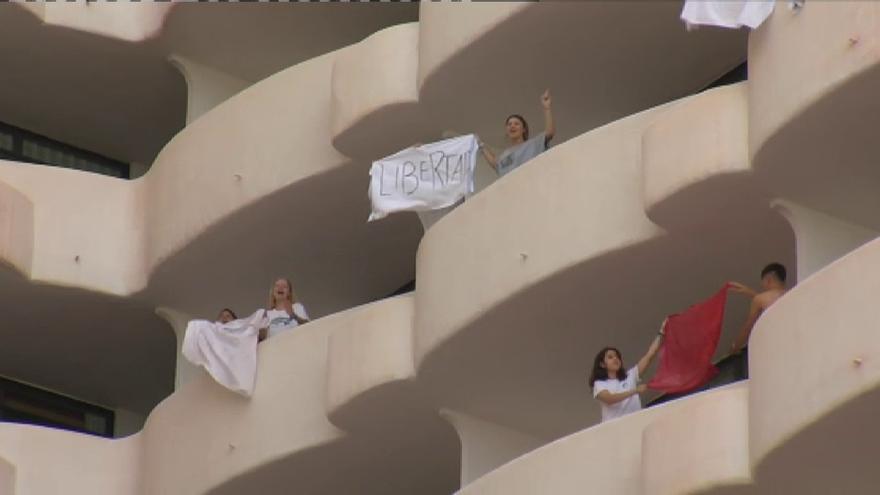 Protestas de los estudiantes alojados en el hotel covid de Palma