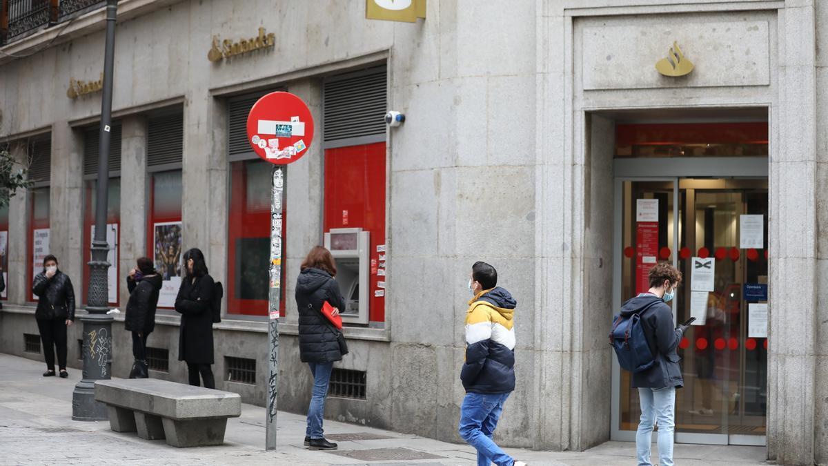 Colas ante una oficina del Banco Santander.