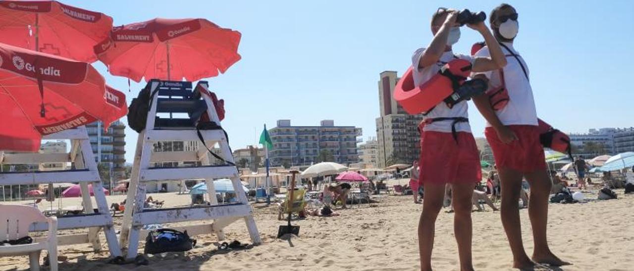 Socorristas de Cruz Roja en una de las torres de vigilancia de la playa Nord, el miércoles. | J.C.