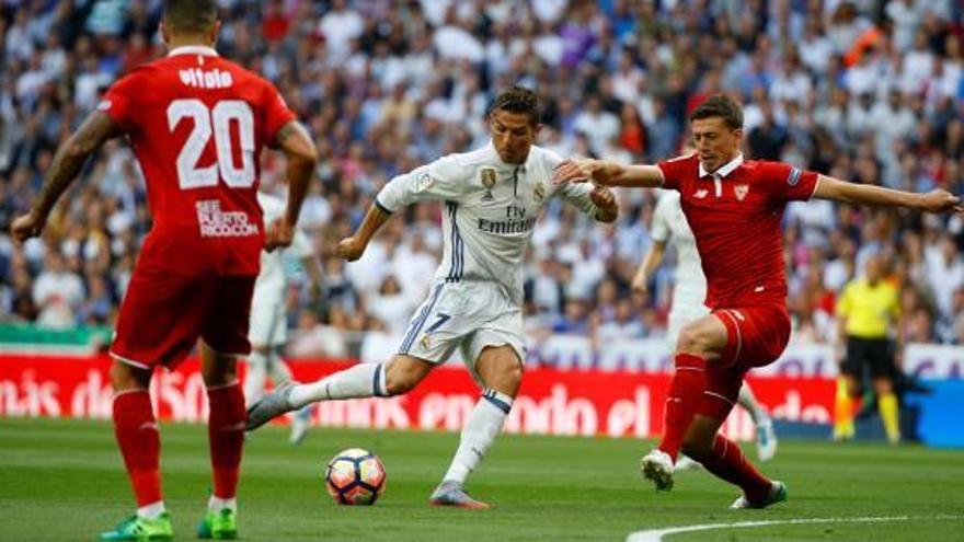 El Madrid goleja el Sevilla i afronta dos partits a domicili per guanyar la Lliga