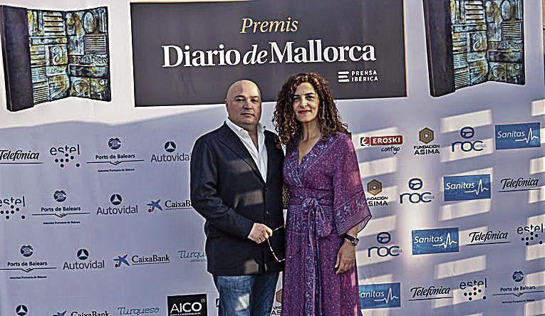 Josep Lluís Aguiló, de Hipercentro, con Catalina Torrens en el photocall montado en la entrada al jardín del Club.