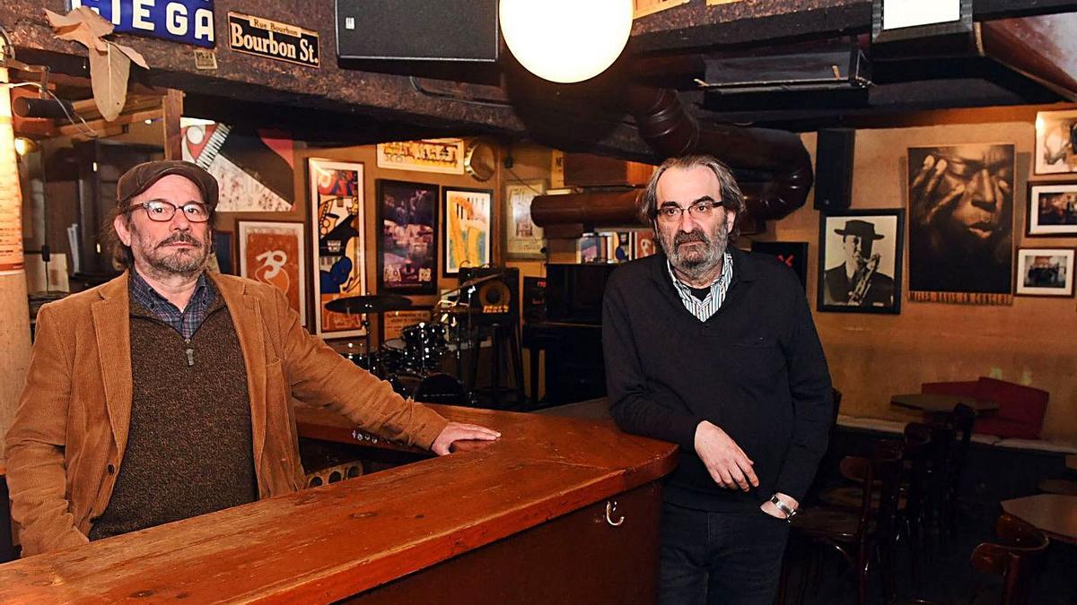 Antonio Rodríguez y Alberto Mella, propietarios del Jazz Filloa, posan en la barra de su local.  | // VÍCTOR ECHAVE
