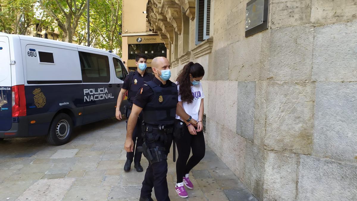 La joven que mató a su novio, hoy al llegar a la Audiencia de Palma