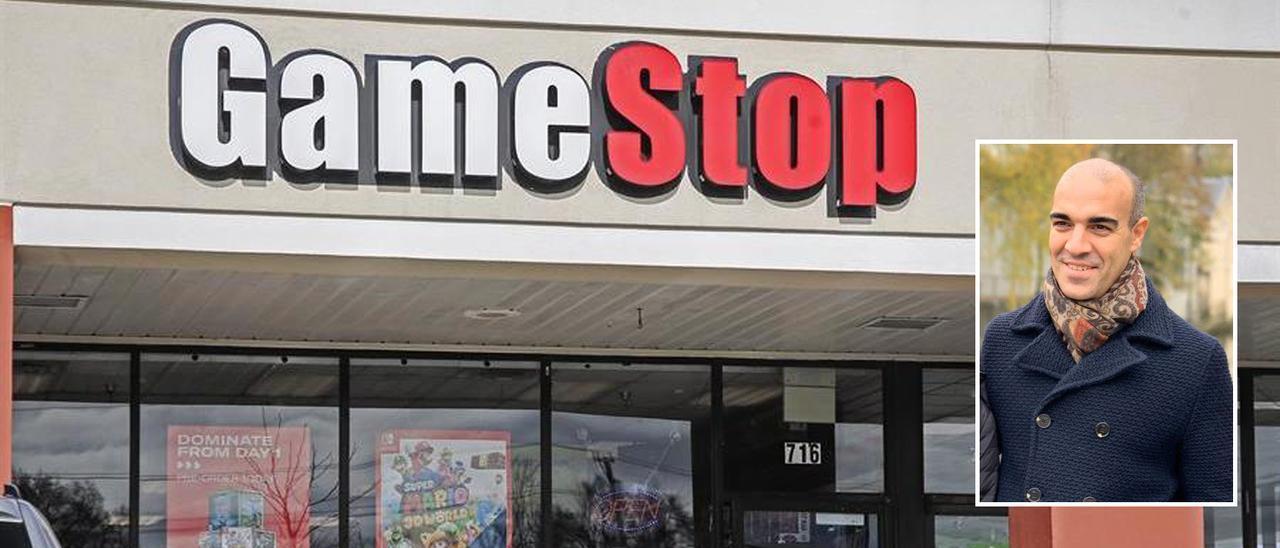 Una tienda de GameStop. En la imagen pequeña, Jose Suárez-Lledó
