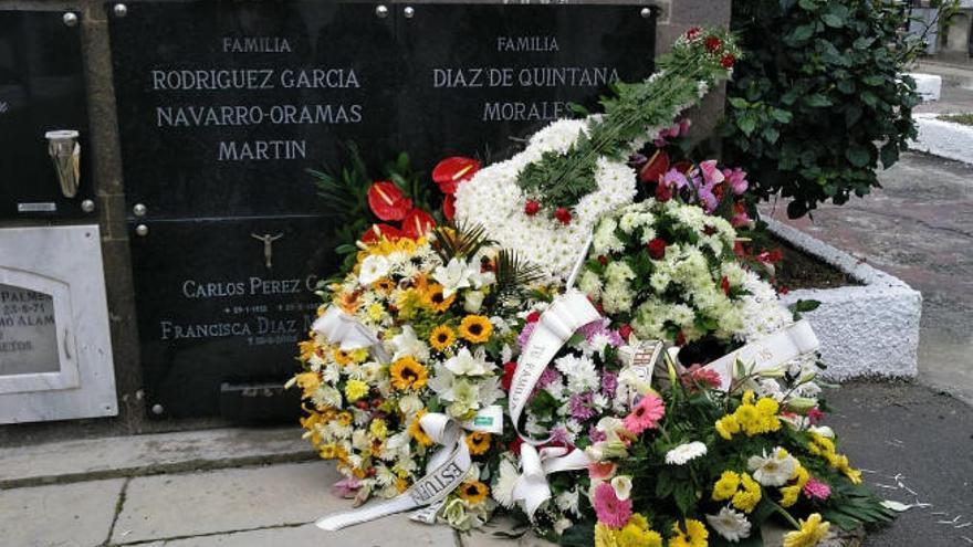 El último adiós al músico Miguel Estupiñán Díaz con una guitarra forrada de flores