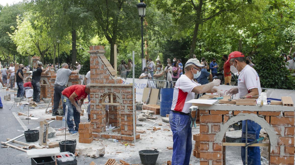 Participantes en el certamen, ayer en la avenida de España.
