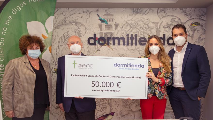 Dormitienda, cadena líder en el sector del descanso, dona 50.000 € a la AECC de la venta de su 'colchón más solidario'