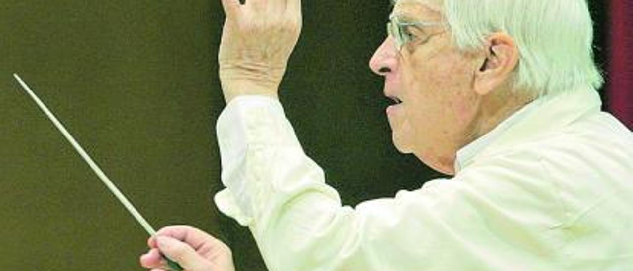 El compositor Cristóbal Halffter, en su faceta de director de orquesta. | Efe