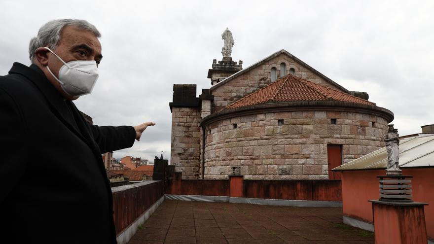 El párroco Manuel Robles nos enseña los daños de la Basílica del Sagrado Corazón
