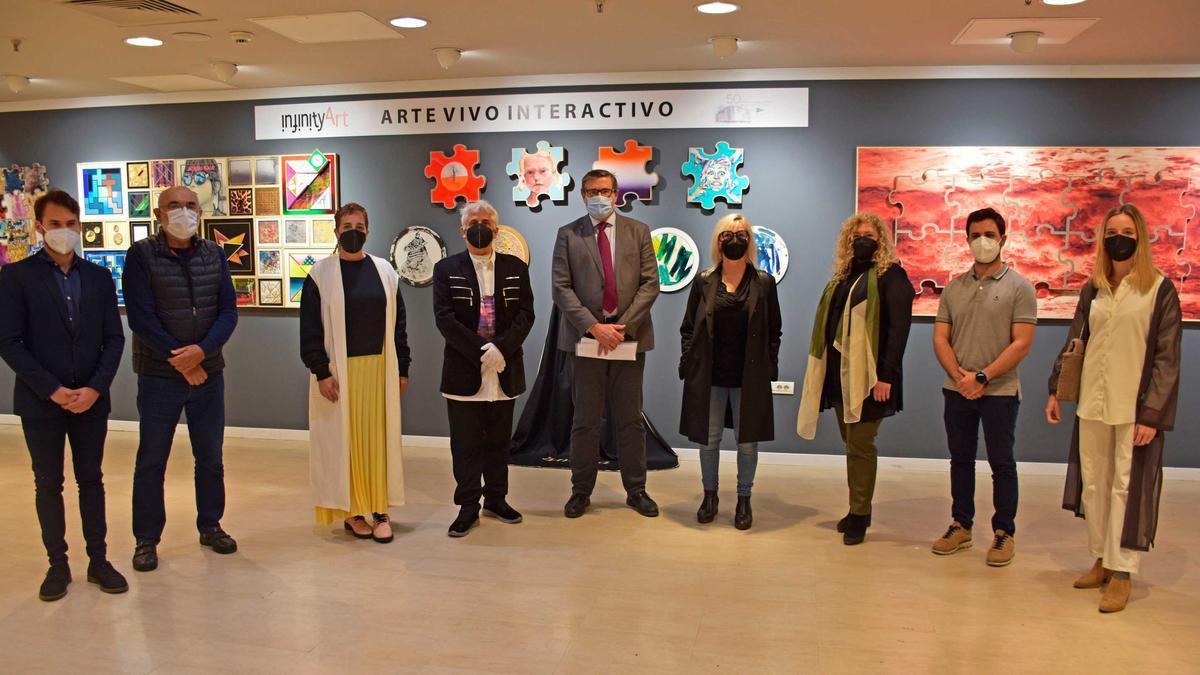 Los organizadores de la muestra junto a algunos artistas en el Corte Inglés de Pintor Sorolla.