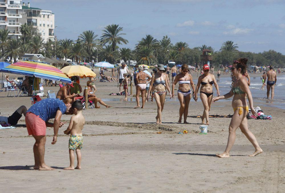 Contraste en la playa del Puerto de Sagunto, con una zona cerrada por los daños de las lluvias.