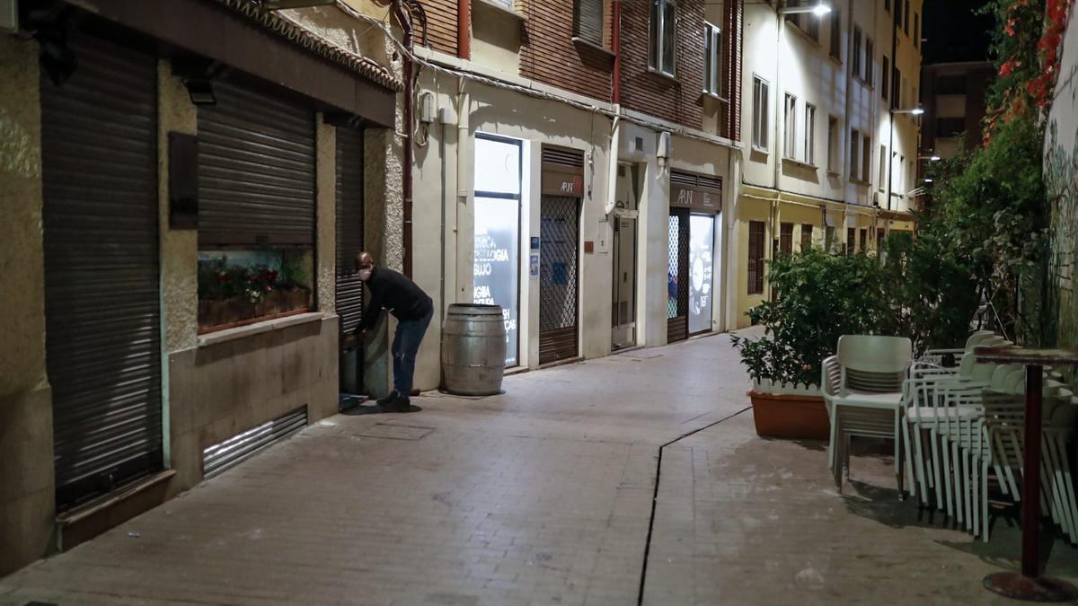 Una calle de Madrid con todos los locales cerrados
