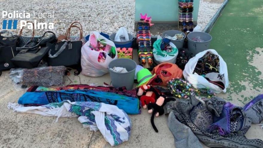 Razzia gegen fliegende Händler an der Playa de Palma