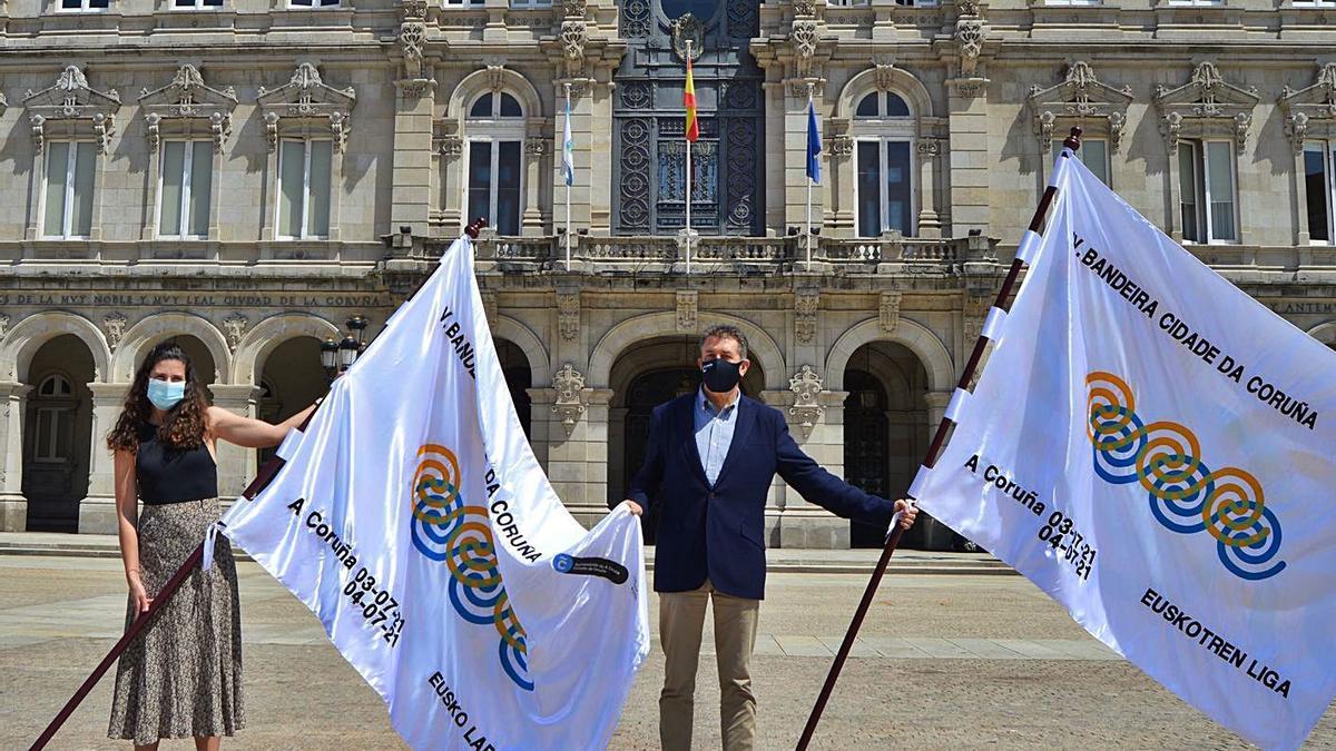 Carmen González, de la Liga ACT, y Juan Ignacio Borrego, concejal de Turismo, en la presentación. |  // L. O.