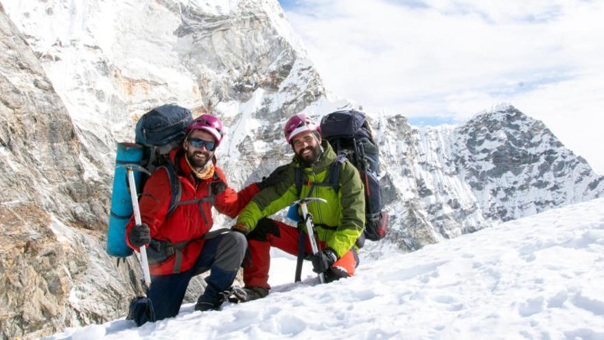 Dos catalans es converteixen en els més joves del món en creuar l'Himàlaia a peu sense assistència