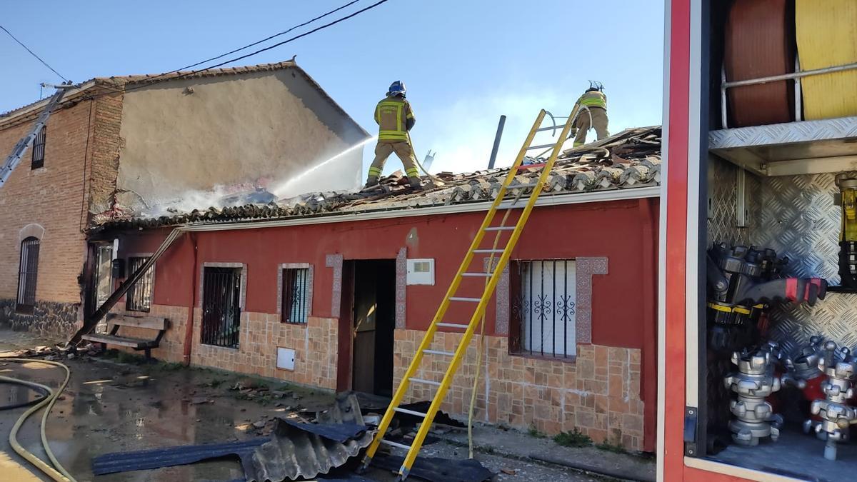 Intervención en un fuego en una casa de Pobladura de Valderaduey