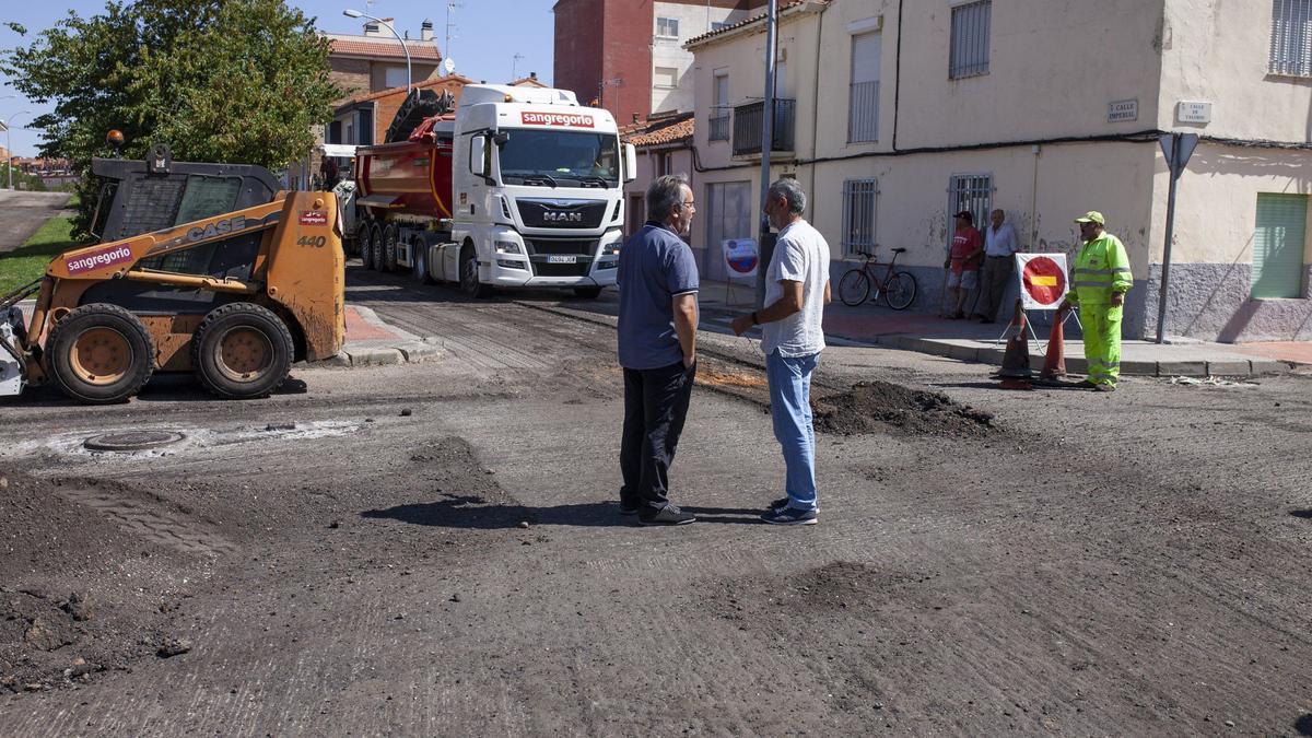 El alcalde, Francisco Guarido, y el concejal de Obras, Romualdo Fernández, en unas obras de asfaltado de calles en San Lázaro